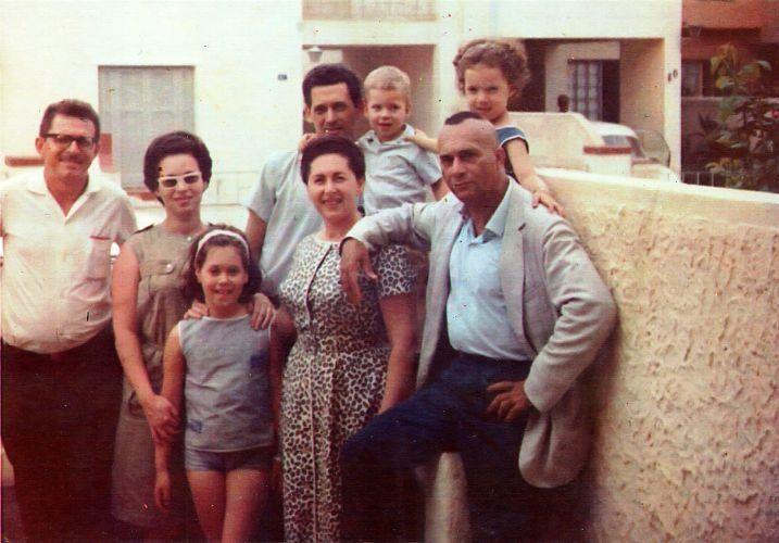 Carlos Marighella (direita) junto com sua família