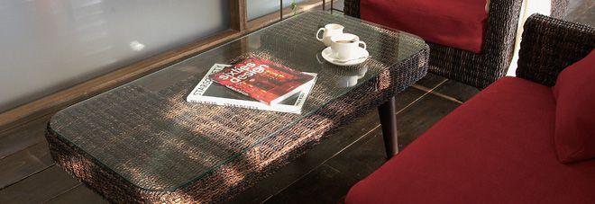 ジアンテーブルの選び方  アジアンテーブルの選び方として、ダイニングテーブル・センターテーブル・サイドテーブルといったテーブルの種類にかかわらず、押さえておくべきポイントをご案内致します。 アジアンテーブルに限らずテーブルでは使い勝手・サイズなどの機能面を考慮するのを忘れずに選ぶ必要があります。 デザイン面でのアジアンテーブルの要素として以下に注意しましょう。  ■ 色・素材について:他の家具の木材の色、もしくはダークブラウン・ガラス・アイアンのものを選ぶ。 アジアンテーブルは竹材や籐のものも多いのですが、テーブル上面はフラットで使いやすいことからガラス素材のテーブルも多く見られます。木材の場合もアジアン風の濃い目の木の色であわせても良いでしょう。 また、黒のアイアンをフレームや脚に取り入れるのもアジアンテーブルらしさが出るポイントです。  ■ 形について:曲線の入っているものを選ぶ…