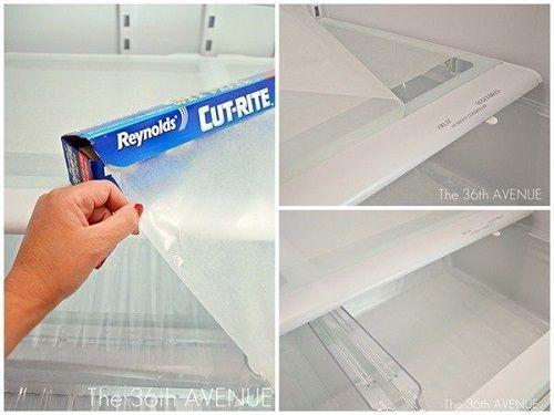 Foderare il frigorifero con pellicola per alimenti o carta forno renderà la pulizia 10 volte più facile. Quando cadrà qualcosa o il frigorifero si sporcherà e avrà bisogno di essere pulito, sarà sufficiente rimuovere lo strato protettivo e sostituirlo con uno pulito.