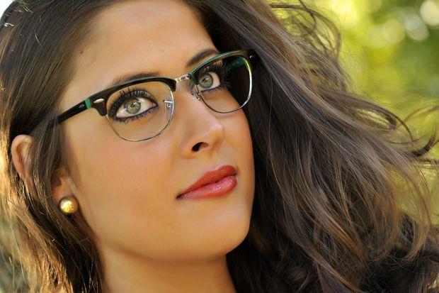 Óculos de grau também tem seu charme, pode apostar!