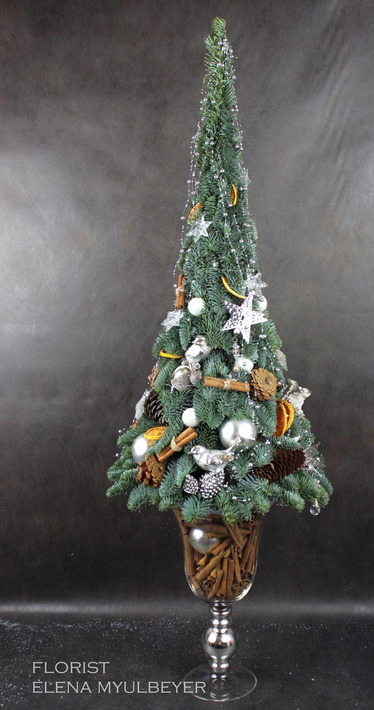 Дизайнерская ёлка из лапника , украшенная шишками, корицей и игрушками