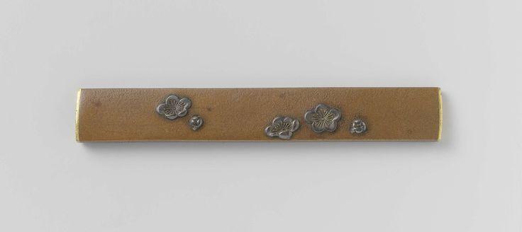 Anonymous | Sword knife hilt, Anonymous | Versiering met vijf kersebloesems, waarvan drie open en twee nog in knop; de versiering is in zilver tegen een bruine achtergrond.
