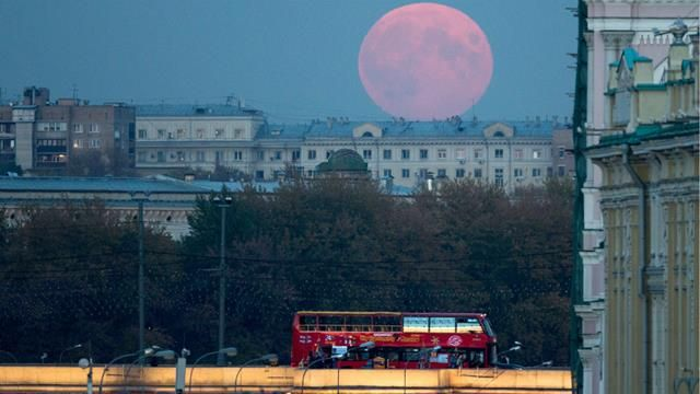 The blood moon October 2014 appears above Moscow's central square. (AAP)