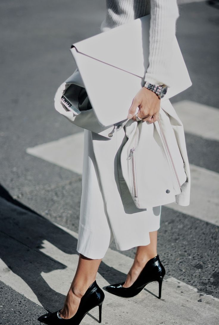 White minimal look, high heels+white clutch bag. Follow my boards for more styles and inspiration ❤️ Yukovadesign.com