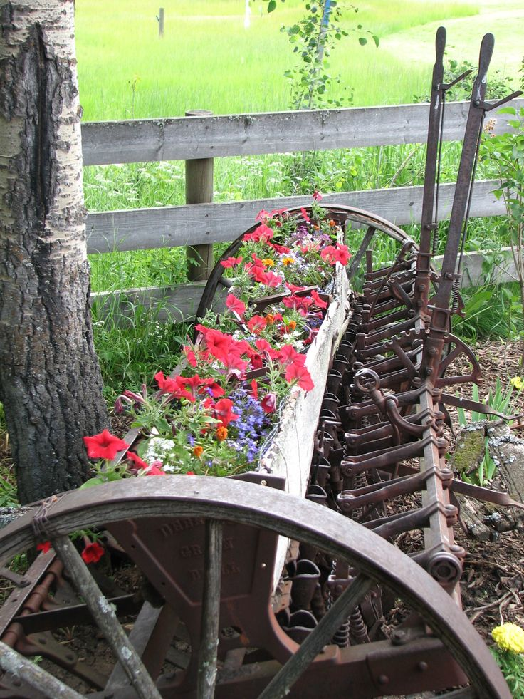 Rustic farm equipment with flowersGardens Ideas, Farms Machinery, Country Living, Farms Equipment Gardens, Flower Beds, Landscapes, Rustic Farms, Old Farm Equipment, Old Farms Equipment