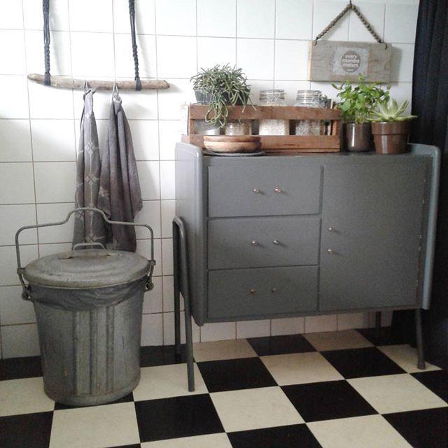 |DIY| Stukje keuken! Van een stuk oude tak en macramé maakte ik de handdoek-hanger. Het kastje is een oude commode. Aan het houten plankje rechts reeg ik houten kralen. #diy #stoerwonen #binnenkijken #myhometoinspire #homeinterior4all #vtwonenbijmijthuis #flairnl #homedetails #ilovemyinterior #ssvenjen #interiorwarrior #styling #interieur #kitchen