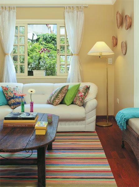 Foi a mãe do morador quem confeccionou as cortinas da sala de estar, feitas de organza. Ela também decorou uma das paredes com cestinhos de pão, trançados com vime, criando um interessante conjunto de volumes.