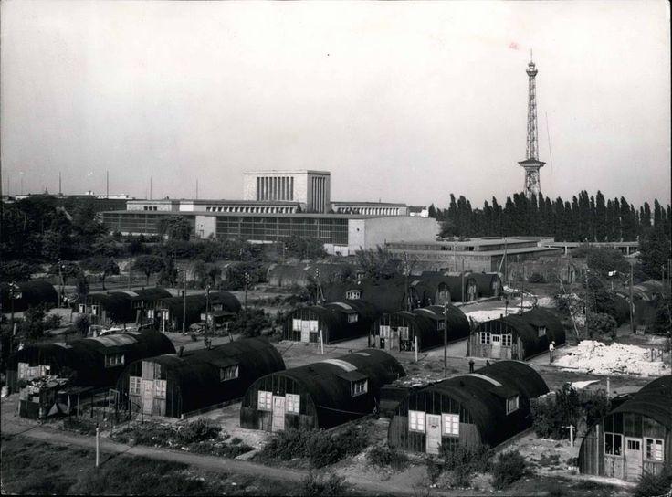 """Berlin-Charlottenburg, 1950, Messegelände. Diese so genannten """"Nissen-Huts"""", also Nissenhütten, dienten Ausgebombten auch mal als Unterkunft. Hinten ist die Messehalle 25 zu sehen. Diese Hütten müssten auf dem Areal stehen, wo heute die Gleisanlagen der Messe sich befinden. Foto: Imago"""