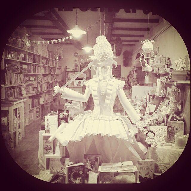 La dama di carta fra i libri