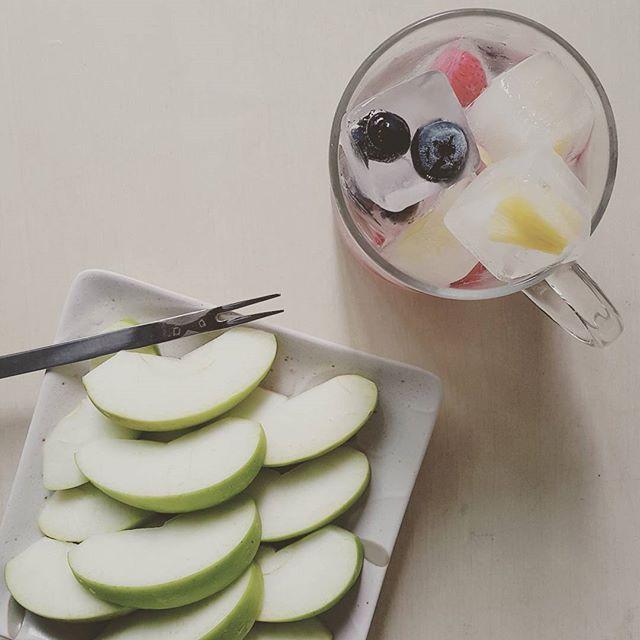 Today's breakfast. 오늘의 아침은 눈으로 마시는 #프루츠아이스워터 . 조금씩 남은 과일들을 모아 얼음틀에 넣어 얼렸더니 이렇게 알록달록 예쁜얼음이 되었다. 투명반짝반짝하는 보석같은 #과일얼음 들 눈으로 마시고 향을 즐기는 시원한 한 잔 쓰가루사과도 함께 맛있게 냠냠 #로푸드 #로푸드한끼 #아침 #あさごはん #ローフード ##りんご #フルーツアイスウォーター #果物氷水 #greenapple #fruitsicecubes #rawfood #naturalflavoredwater #breakfast #myfooddiary