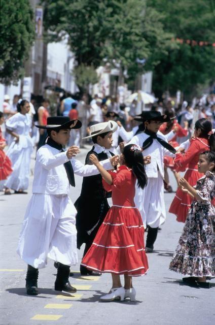 Niños bailando en  Campo Quijano, Valle de Lerma - Salta