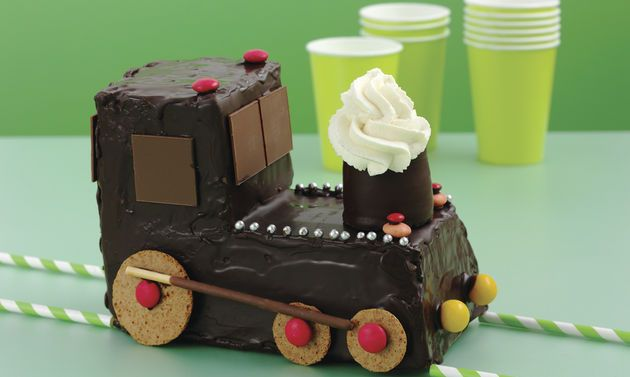 Geburtstagskuchen Lokomotive: Eier, Zucker, Salz und Vanillezucker verrühren, bis die Masse hell und schaumig ist. Mehl und Backpulver mischen, dazusieben. Mit ...