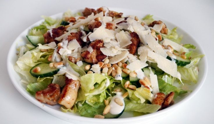 Kip-shoarma-salade met parmezaan, pijnboompitten, komkommer en dressing