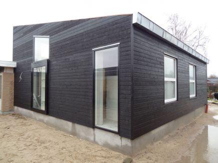 Tilbygning ned vandret sortmalet træbeklædning. Indeholdende kontor, stue mv.Arkitekt Chris Yderskov v/ Arkitekttegnestuen Yderskov.