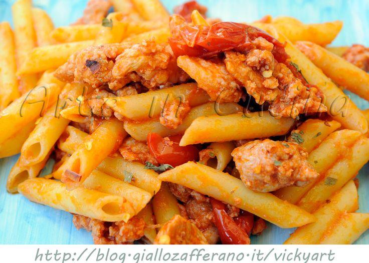 Pasta alla rusticana con salsicce , ricetta facile e veloce, primo piatto saporito in poco tempo, pasta con salsiccia, peperoncino, piccanete, ricetta con carne