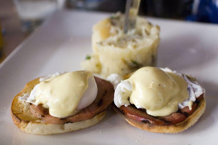 火腿蛋松饼(英文:eggs Benedict),或译作班尼迪克蛋,为一种烹调食物,以英式玛芬(English muffin)为底,上方配搭火腿或烟肉、煲嫩蛋和荷兰酱。
