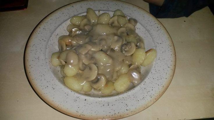 Kytičkový den - bramborové noky opečené na pánvi a žampiónová omáčka (nakrájené žampióny podusit na pánvi,sůl,pepř,kmín a zahustit sojovým mlékem s moukou