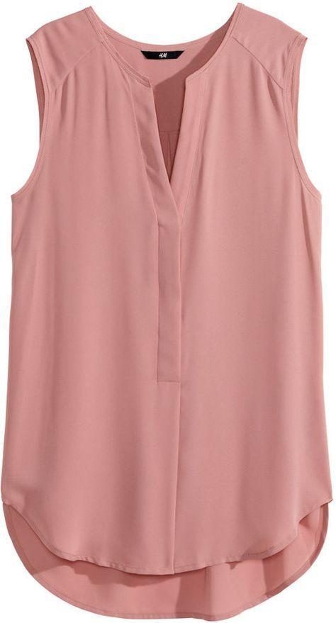 Que look lindo para vocês Blusa Crepe Pérolas Jane - R$119,90. Calça Pantacourt (ref 3779)nas cores preta e verde militar - R$139,90. ✔️ Acesse www.mells.com.br