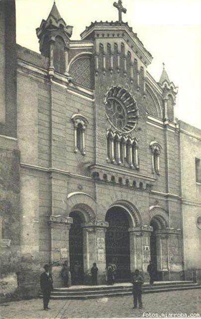 Iglesia de San Bartolomé en un estado aceptable, donde el rosetón de la puerta principal se encuentra limpio sin la carga de excrementos de ...