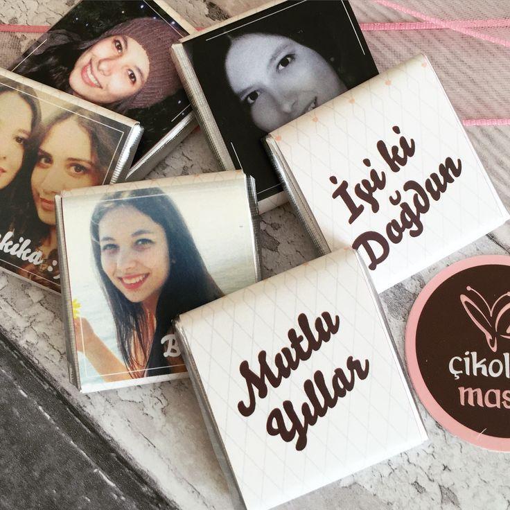 Kişiye özel çikolata tasarımları  Size ve sevdiklerinize özel fotoğraflı, yazılı kişiye özel doğum günü çikolataları.  Ücretsiz Kargo  Özel Hediyelik Kutu  Size Özel Tasarım  0532 793 60 03