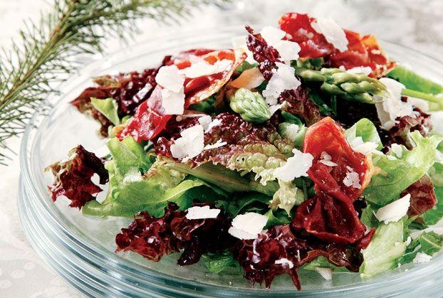 Πράσινη σαλάτα µε σπαράγγια και τραγανό προσούτο