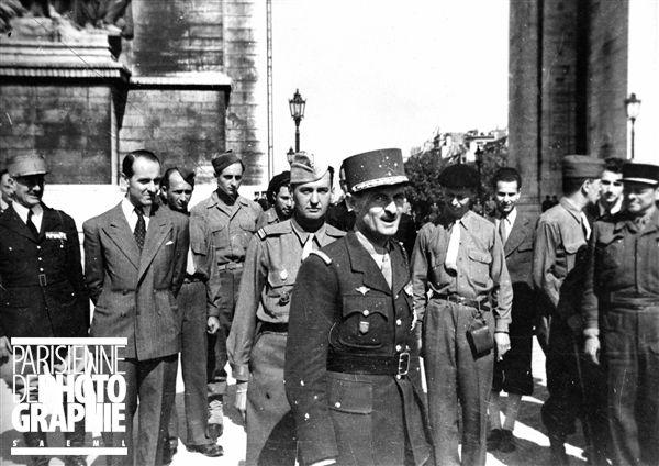 Guerre 1939-1945. Libération de Paris. Le général Leclerc (1902-1947) sur la place de l'Etoile. Août 1944. Photographie de Roger Berson.