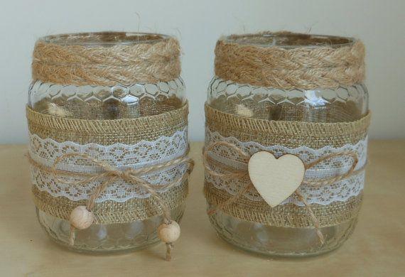 Porta candele e porta penne con barattoli da riciclo decorati a mano con pizzo e applicazioni in legno.