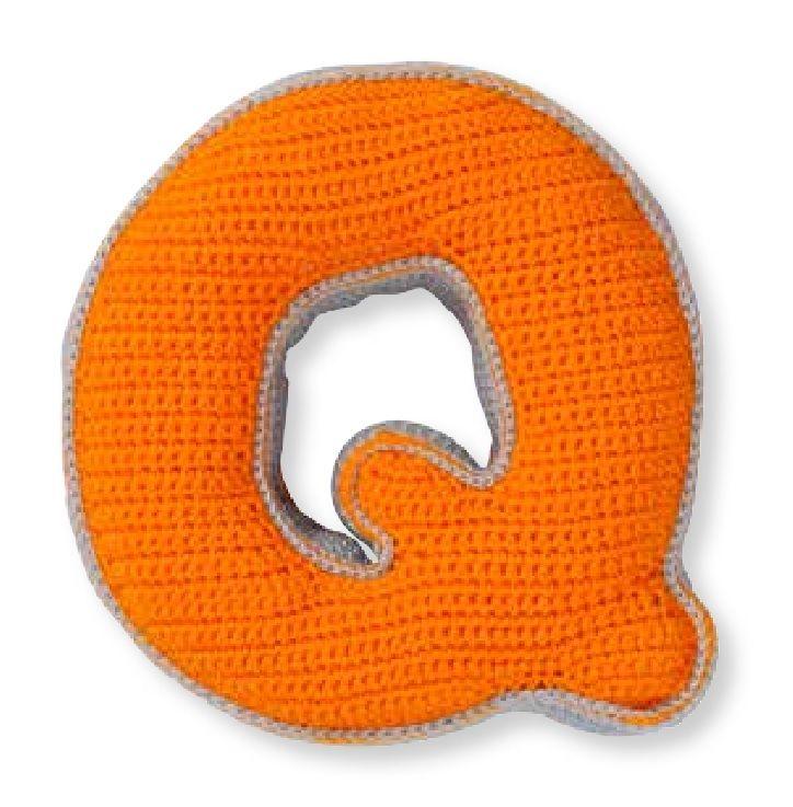 De letter wordt ongeveer 17 cm hoog, 17 cm breed en 4 cm dik, gehaakt met haaknaald nr. 2,5.