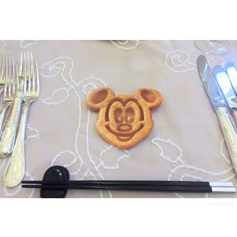* Wedding Report〜#サプライズメッセージカード ①〜 まとめタグ🏷#saho_weddingrepo * BGM : Be our guest * 乾杯後スタッフさんが飾り皿を下げると ゲストへのサプライズメッセージカード登場です✉︎*。 * 席札の中にメッセージが書いてあるのは 知ってる方もいたみたいですが お皿の下にあるのは初めての方が多かったようで みんなびっくりしてくれてました☺️💓 まさかお皿の下に隠してるとは思わず 私たちの式はメッセージカードなしだと 思ったゲストもいたようです。 * 2枚目を見ていただくとわかるように 結構びっしり書きました!!✎ それでもゲストのことを考えると 書ききらなかったくらいです😌✨ 高砂に来てくれるたびに メッセージ嬉しかった〜〜とか 泣きそうになったわ〜〜と言ってもらえて 書いた私たちも嬉しかったです💓💓 * 写真を撮ってくれてるゲストも多数で 約80枚ミッキー型に切った甲斐がありました😭💓 * * #日本中のプレ花嫁さんと繋がりたい #marryxoxo  #アニヴェルセル#2017wedding…