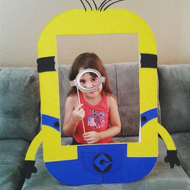 Minions cute and funny photo frames, 100% handmade. We catch the Minionsmania in Maris Crafting and draw inspiration from them to make this frame. Foam Board, Eva Foam, ribbon and love. Take funny, cute and memorable photos, get infected with Minionsmania. Crafting Maris only with love https://www.facebook.com/mariscrafting