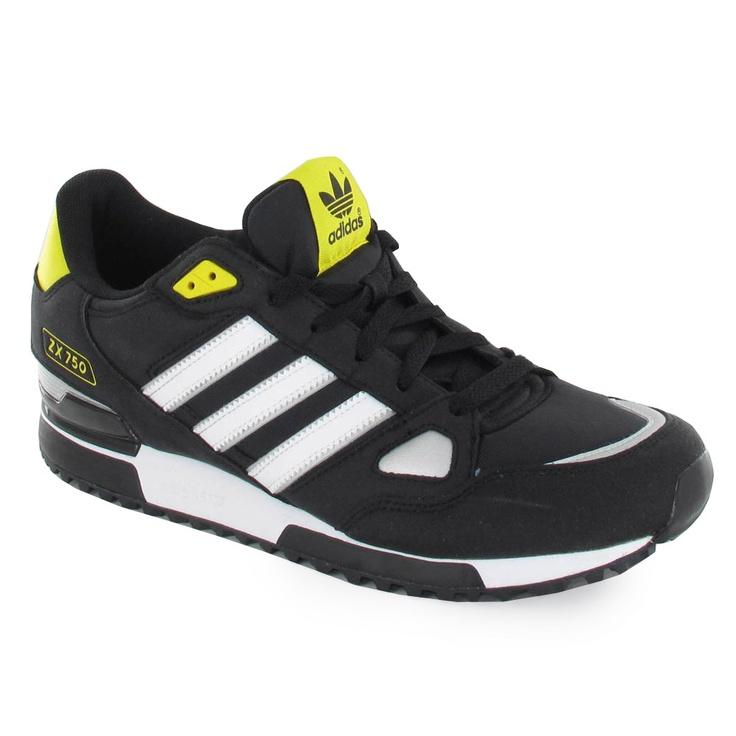 Zapatilla de la marca Adidas con suela de goma y cordón.