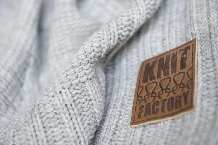 skórzana metka Knit Factory na pledzie  http://www.dutchhouse.pl/knit-factory
