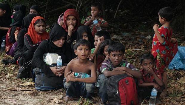 Etnis Paling Teraniaya SEAHUM: Negara Anggota ASEAN Harus Bantu Pengungsi Rohingya  JAKARTA (SALAM-ONLINE): Konflik kemanusiaan yang menimpa etnis Muslim Rohingya di Myanmar bukan hanya konflik lokal semata akan tetapi sebenarnya secara jelas sudah berdampak ke regional ASEAN.  Demikian diungkapkan Wakil Ketua Advokasi South East Asia Humanitarian Committee (SEAHUM)  Arif R. Haryono. Dia menyatakan negara-negara ASEAN harus memperhatikan warga etnis Rohingya yang menurut PBB etnis minoritas…