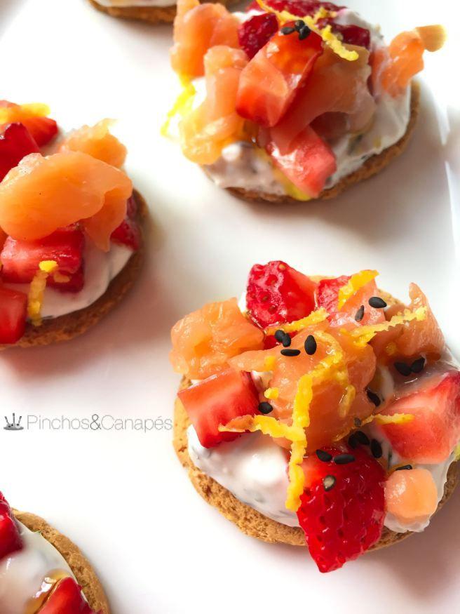 Canap s canap s de salm n ahumado con fresas o aguacate for Canape de salmon