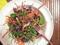 Salada de repolho roxo, cenoura, couve e hortelã