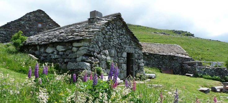 Le Buron de la Fumade Vieille, un gîte à 1400 mètres l'altitude, isolé en pleine nature, en Auvergne