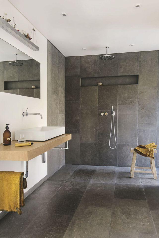 Dans la salle de bains, le gris et l'ocre dialoguent en harmonie