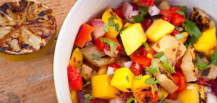Mango Ananas salsa is precies wat je nodig hebt op een zomerse avond. Als dip met wat chips of op een tortilla met gegrilde kip.