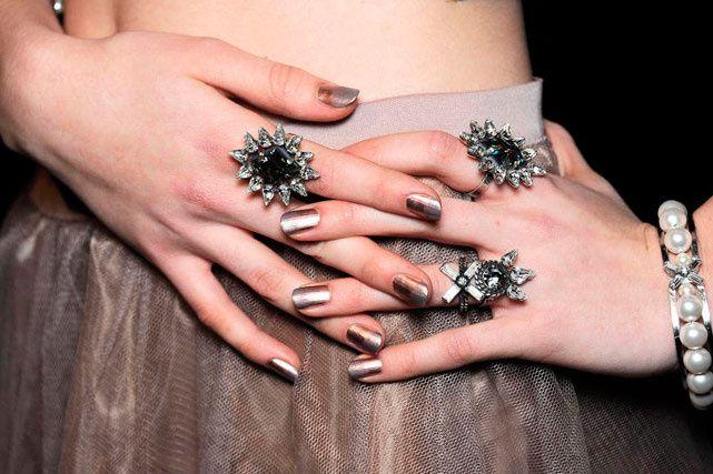 Pink gold: la tonalidad metálica más hot para tus uñas