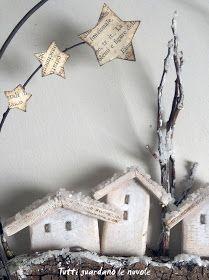 Decorazioni semplici,   realizzate davvero con poco.         Corteccia, filo di ferro,   piccole casette fatte   con scarti di compensato, ...
