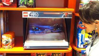 Outro dia passeando por um shopping, vi essecuriosodisplay de Lego em uma loja de brinquedos :        Clique para ampliar   É uma vitrine...
