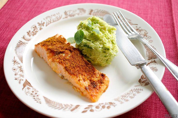 CURRYLAX MED BROCCOLIMOS Mos passar så bra på hösten, värmande och gott.  800 gram laxfilé 3-4 msk gul curry 750 gram broccoli (jag använde fryst) Smaklös kokosolja Salt 1 salladsmix Valfria grönsaker till salladen Olivolja