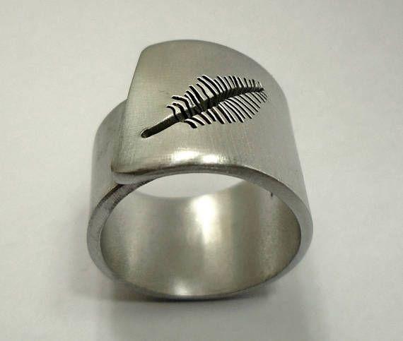 Anello a fascia regolabile d'alluminio con una piuma