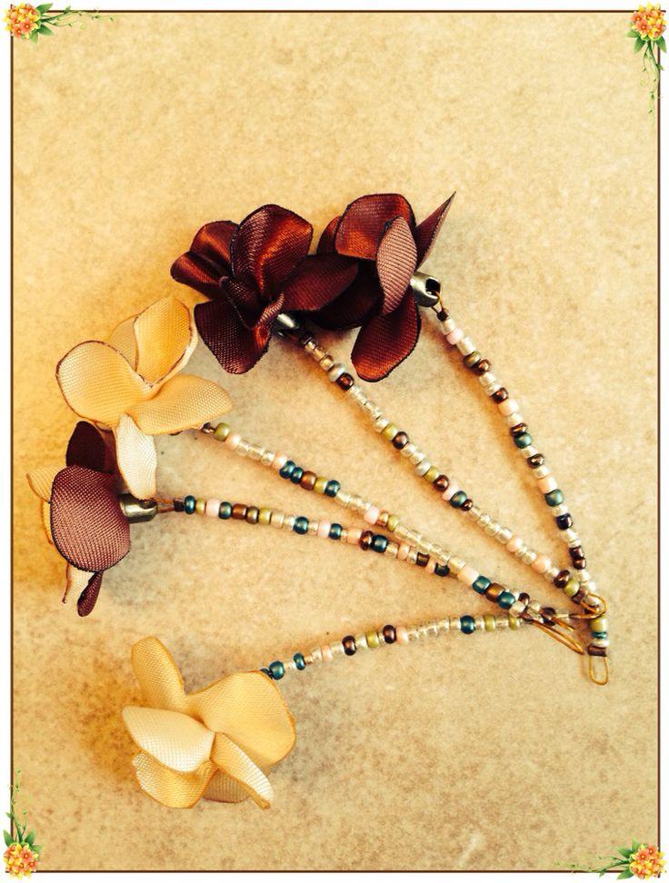Flores de tela y mostacillas