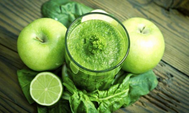 Ingredientes  · 3 cenouras com casca   · 1 maçã com casca   · 1/2 pepino com casca   · 1/2 xíc. (chá) de broto (girassol, alfafa, brócolis, ervilha)   · 4 folhas de couve   · Suco de 1 laranja-lima   · 1 pitada de pimenta caiena  Modo de fazer  Passe todos os ingredientes na centrífuga ou bata no liquidificador com um pouco de água.