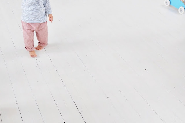 : Babies, Floors Boards, Search, Baby Feet, Sweet Baby 3, Cute Baby Clothing, Baby Walks, White Floors, Baby Step
