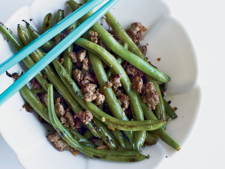 Chinese Long Beans with Minced Pork and Ginger | This quick, delicious Chinese recipe features long beans and ground pork seasoned with fresh ginger, finely chopped garlic and Shaoxing rice wine or sake.