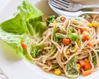 Salade de spaghetti al dente aux carottes, maïs et poivron (I.G. bas) : http://www.fourchette-et-bikini.fr/recettes/recettes-minceur/salade-de-spaghetti-al-dente-aux-carottes-mais-et-poivron-ig-bas.html