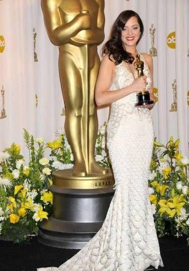 Marion Cotillard apostou em um look feito à mão da coleção de Jean Paul Gaultier para receber seu Oscar de melhor atriz em 2008 por Piaf
