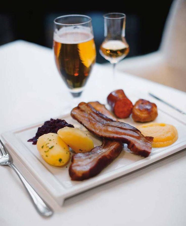 - Med svinepinnekjøttet får du det beste fra to verdener, både pinnekjøtt og svineribbe, sier Terje Ness fra Oro og Haga restaurant.#julemat #svinepinekjøtt
